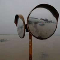 氾濫した吉田川の水に一部つかっているミラー=宮城県大崎市で2019年10月19日、和田大典撮影