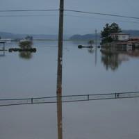 氾濫した吉田川の水で浸水する民家=宮城県大崎市で2019年10月18日、和田大典撮影