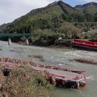 台風19号で増水した久慈川にかかる集落から出る唯一の橋が崩落した高地原地区。住民たちは不通となった水郡線の鉄橋を渡ってしのいだ=福島県矢祭町で2019年10月17日、和田大典撮影