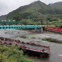 仮の橋がかけられた高地原地区。今後本格的な橋の再建が始まる=福島県矢祭町で2020年10月10日、和田大典撮影