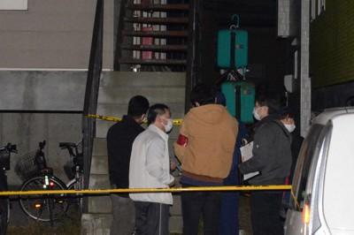 2階廊下の床が抜けたアパート周辺を調べる捜査員=北海道苫小牧市で2020年10月17日午後7時17分、平山公崇撮影