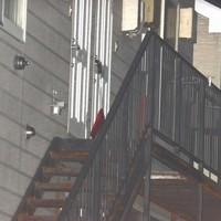 転落事故があったアパート。階段を上ってすぐの廊下の床板が抜けたとみられる=北海道苫小牧市で2020年10月17日午後7時34分、平山公崇撮影