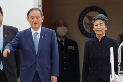 ベトナムとインドネシアを訪問するため政府専用機で羽田空港を出発する菅義偉首相(左)と妻真理子氏=2020年10月18日午後2時17分、喜屋武真之介撮影