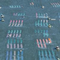 色とりどりのノリ網が張られた有明海=佐賀市沖で2020年10月18日午前9時8分、本社ヘリから矢頭智剛撮影