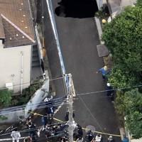 陥没した道路=東京都調布市で2020年10月18日午後2時41分、本社ヘリから玉城達郎撮影