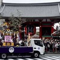 三社祭で「御用車」のトラックに乗せられ浅草・雷門の前を巡行するみこし=東京都台東区で2020年10月18日午後2時37分、滝川大貴撮影