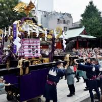浅草神社を出発し、神社近くの御用車まで手押しで運ばれる宮神輿=東京都台東区で2020年10月18日、滝川大貴撮影