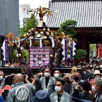 浅草神社を出発し、神社近くの御用車まで手押しで運ばれるみこし=東京都台東区で2020年10月18日午前11時27分、滝川大貴撮影