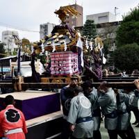 浅草神社を出発し、神社近くの御用車に乗せられる宮神輿=東京都台東区で2020年10月18日、滝川大貴撮影