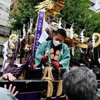 御用車と神輿を固定する作業に汗を流す担ぎ手=東京都台東区で2020年10月18日、滝川大貴撮影
