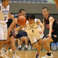 【東北学院―東北】熱戦を繰り広げる選手たち。全国高校バスケットボール選手権(ウインターカップ)の宮城県予選は18日、東北ブロック枠で全国大会出場が決まっている仙台大明成以外のチームで行うトーナメントとリーグ戦で東北学院が1位となり、全国大会出場を決めた。今大会は新型コロナウイルス感染拡大の影響で中止された夏の高校総体の代替大会も兼ねた=宮城・気仙沼市総合体育館で2020年10月18日、和田大典撮影