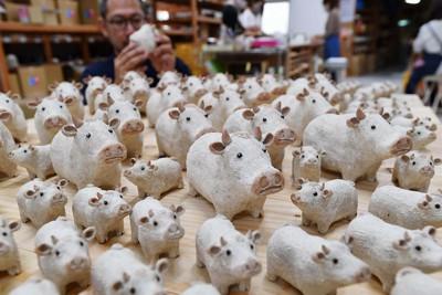 生産が進む来年の干支「丑」にちなんだ信楽焼の置物=滋賀県甲賀市で、北村隆夫撮影