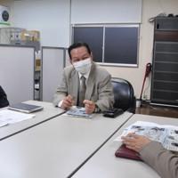 福島県産食品などへの風評払拭を目指す草の根活動について打ち合わせる簡憲幸さん(中央)=福島市内で2020年10月14日午後5時19分、高橋隆輔撮影