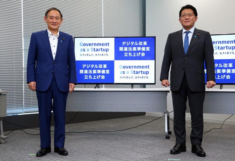デジタル改革関連法案準備室の立ち上げ式。菅義偉首相(左)と平井卓也デジタル改革担当相=2020年9月30日、小川昌宏撮影