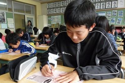 被災地の子供たちに元気を届けようと激励の言葉を書く児童たち=三重県いなべ市立阿下喜小で2011年10月21日、佐野裕撮影