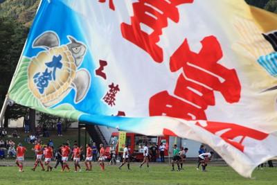 地元ファンによって大漁旗が振られる中、得点を重ね喜ぶ釜石シーウェイブスの選手たち=岩手県釜石市の釜石陸上競技場で2011年10月23日午後2時16分、梅村直承撮影