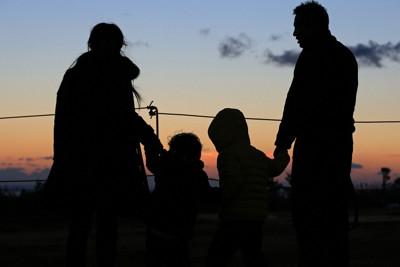東日本大震災後初めて、福島で初日の出を見た大沼勇治さん。家族4人で訪れ、「子どもたちが双葉町に一番近づいた日」と話した=福島県楢葉町で2016年1月1日、佐々木順一撮影