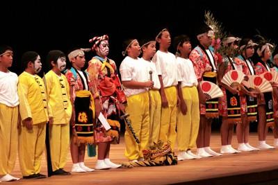「大沢虎舞」を上演後、「このような(上演の)機会をくださりうれしく思います」とあいさつする山田町立大沢小の児童たち=盛岡市で2011年10月25日、篠口純子撮影