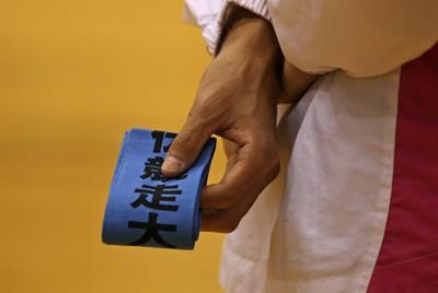 全国高校駅伝福島県予選の開会式で、タスキを手にする相双の主将=福島県猪苗代町で2011年10月27日午後3時24分、小出洋平撮影