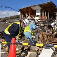 崩れた家屋の撤去を始めた作業員。手作業で選別しながら進めている=福島県浪江町で2013年10月28日、高橋秀郎撮影