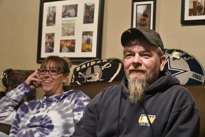 ブライアン・サンプルさん(右)と妻のヘザーさん=米中西部オハイオ州アシュランドの自宅で2020年10月8日、國枝すみれ撮影