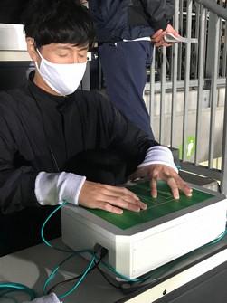 J1の川崎-名古屋戦で実証実験が行われた、視覚障害者向けのサッカー観戦機器「HAPTIC FIELD」=川崎市等々力陸上競技場で2020年10月18日午後6時25分、大谷津統一撮影
