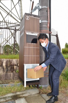 A delivery locker is seen attached to a utility pole in the town of Seika, Kyoto Prefecture, on Oct. 19, 2020. (Mainichi/Kentaro Suzuki)