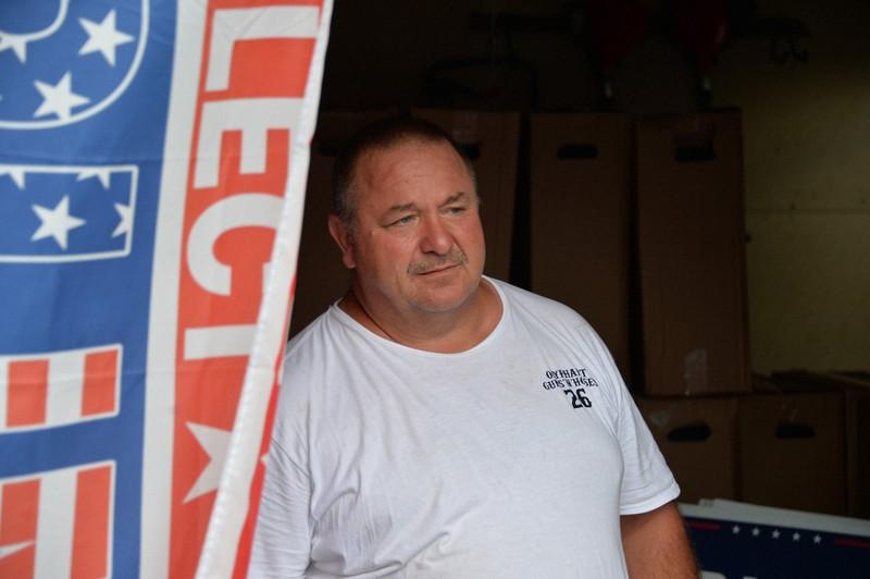 自宅のガレージに立つデーブ・ミチコさん。すでに共和党員になったといい「二度と民主党支持になることはない」と話した=米東部ペンシルベニア州で2020年8月24日、隅俊之撮影