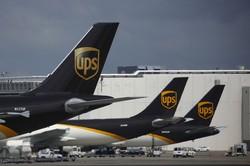 医薬品から日用品まで、多種多様な品物を運ぶ貨物機 Bloomberg