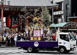コロナ対策で「御用車」のトラックに載せられ浅草・雷門の前を巡行する三社祭のみこし=東京都台東区で2020年10月18日午後2時37分、滝川大貴撮影