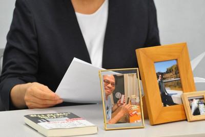 亡くなった赤木俊夫さんの写真を机に置いて記者会見する妻雅子さん=大阪市内で2020年8月18日午後2時34分、服部陽撮影