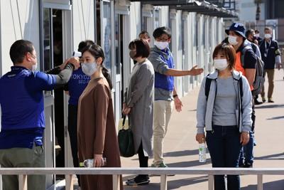 東京ビッグサイトで東京オリンピックで実際に使われる予定の施設を使って行われたスクリーニング実証実験。発熱のチェックが導入された=東京都江東区で2020年10月21日午後1時7分、梅村直承撮影