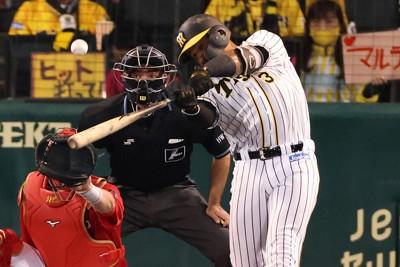 【阪神―広島】一回裏阪神1死一塁、マルテが左中間に先制2ランを放つ=阪神甲子園球場で2020年10月21日、小出洋平撮影