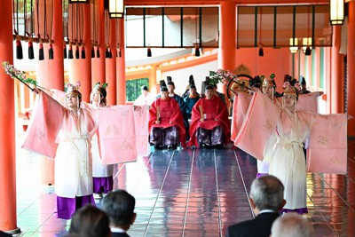 平安神宮の本殿で「平安の舞」を奉納するみこ。新型コロナウイルスの影響で時代行列は中止された=京都市左京区で2020年10月22日午前10時40分、川平愛撮影