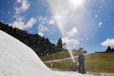 神戸市灘区の六甲山スノーパークで、人工雪によるゲレンデづくりの作業が始まった。ゲレンデに勢いよく舞う人工雪=神戸市灘区で、北村隆夫撮影