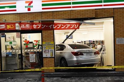 コンビニ店に突っ込んだ乗用車=東京都新宿区で2020年10月22日午後4時40分、鈴木拓也撮影(画像の一部を加工しています)