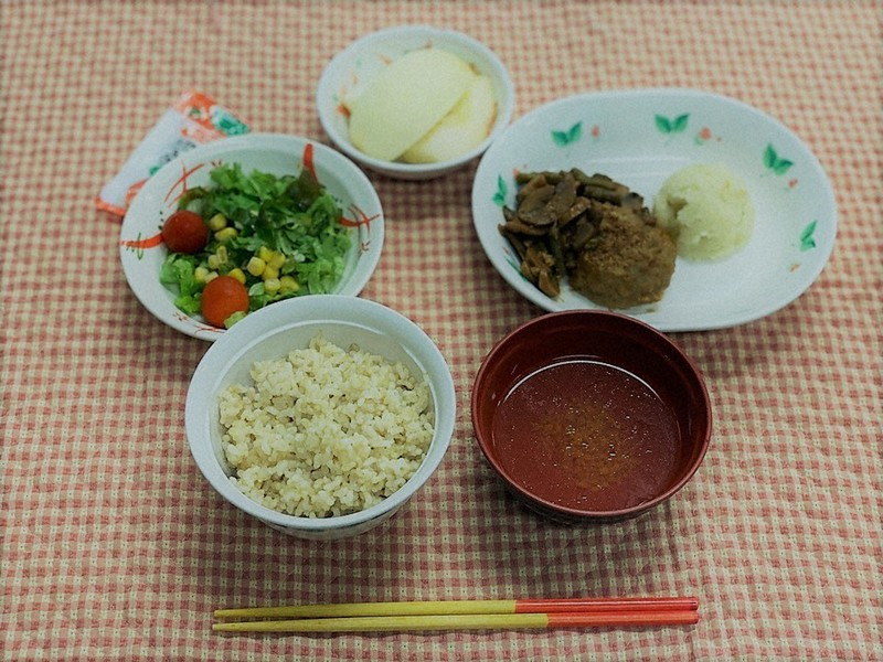 玄米を使っている琉球大病院の入院食=益崎裕章教授提供