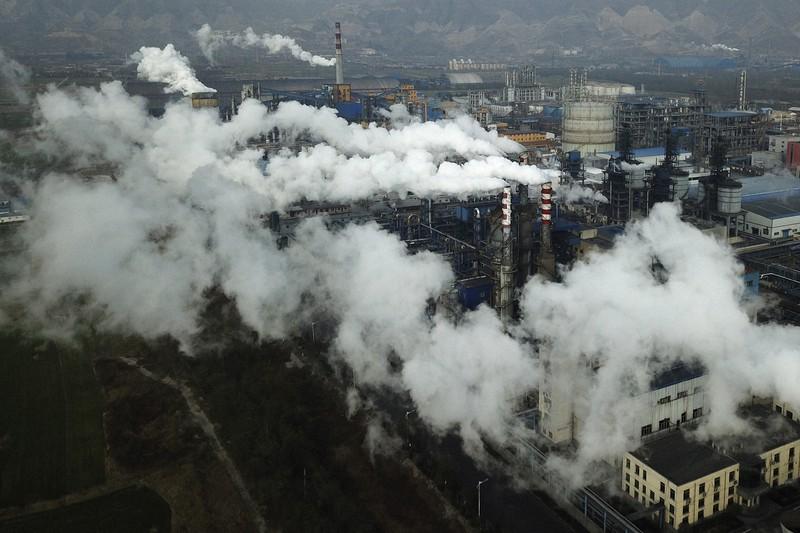 中国中部にある石炭処理工場。脱化石燃料社会の早期実現は地球規模の課題だ=2019年11月、AP