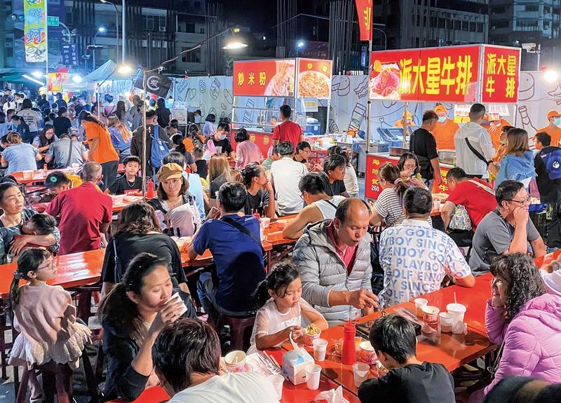 飲食などの露店が並ぶ台湾名物「夜市」は連日、いい税の観光客らでにぎわっている 筆者撮影