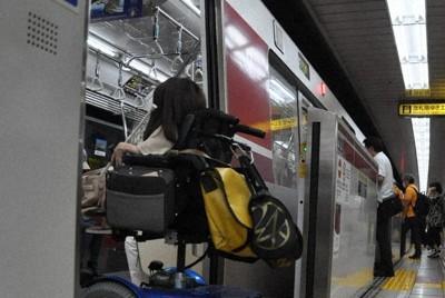 車いすのまま都営地下鉄に乗り込む吉次まりさん。電車のバリアフリー化も徐々に進んでいる=東京都の都営大江戸線練馬駅で2020年8月19日、五十嵐朋子撮影
