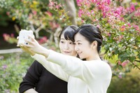 Princess Mako, left, takes a photo with her younger sister Princess Kako at the Akasaka Estate in Tokyo's Minato Ward, on Oct. 6, 2020. (Photo courtesy of the Imperial Household Agency)