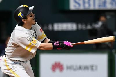 【ソフトバンク-西武】四回裏ソフトバンク1死二、三塁、松田宣が先制の中犠飛を放つ=ペイペイドームで2020年10月23日、矢頭智剛撮影