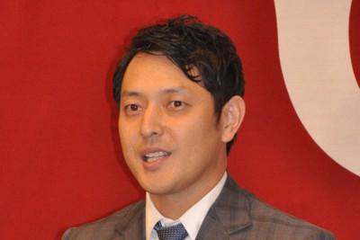 記者会見で現役引退への思いを語る巨人・岩隈=東京ドームで2020年10月23日、角田直哉撮影