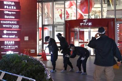 事故があった現場を調べる捜査員ら=大阪市北区で2020年10月23日午後7時21分、久保玲撮影