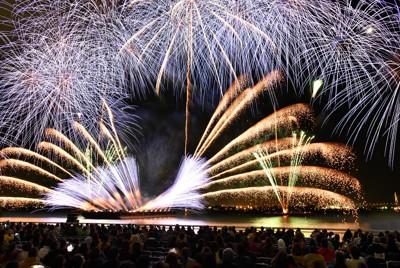 秋の夜空を鮮やかに彩る「名港水上芸術花火2020」=名古屋市港区の名古屋港ガーデンふ頭で2020年10月24日午後8時6分、兵藤公治撮影