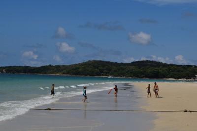 タイ中部サメット島のビーチ。「ゲイアイランド」と呼ばれ、人気を集めている=2020年8月30日午前10時20分、高木香奈撮影