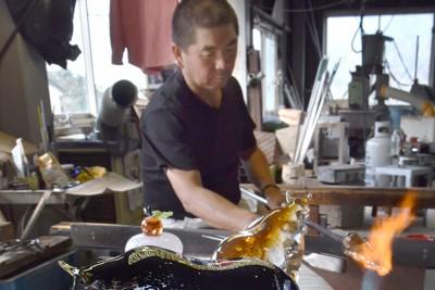 来年のえと「丑」にちなんだガラスの置物作り=福岡県福津市で2020年10月23日午後1時24分、田鍋公也撮影