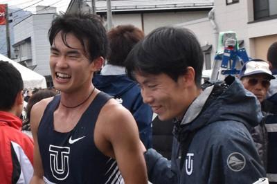 昨年10月の全日本50キロ競歩高畠大会で川野将虎(左)が優勝。レースで三宅優太(右)はラップタイム測定やフォームの動画撮影に奔走していた=山形県高畠町で2019年10月27日午前11時35分、小林悠太撮影