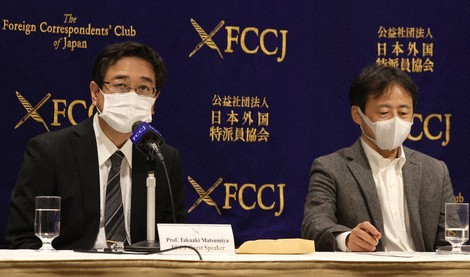Professors Takaaki Matsumiya, left, and Masanori Okada are seen during a news conference on the issue of Prime Minister Yoshihide Suga's refusal to appoint certain researchers to the Science Council of Japan, at the Foreign Correspondents' Club of Japan in Tokyo's Chiyoda Ward, on Oct. 23, 2020. (Mainichi/Shinnosuke Kyan)