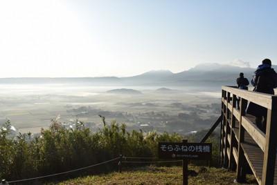 早朝の標高653メートルの田子山山頂から望む阿蘇カルデラの大パノラマ=熊本県阿蘇市で2020年10月2日午前7時13分、末永麻裕撮影
